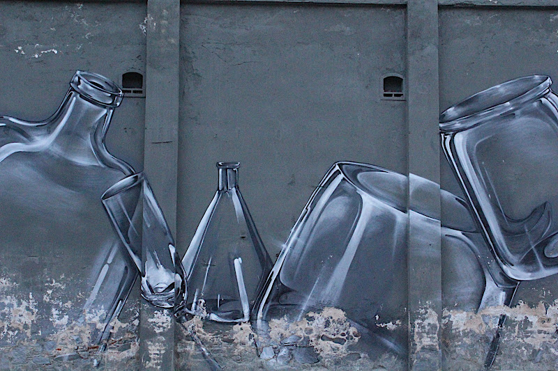 Grafit a la plaça Ovidi Montllor de Badalona