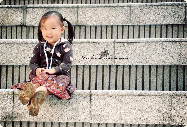 zoe-on-steps