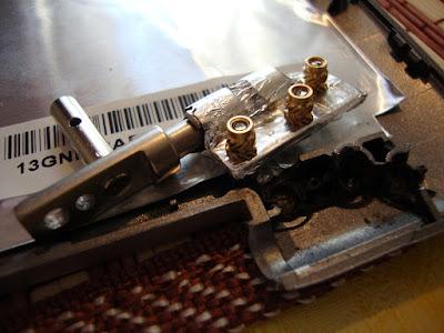 Надо починить вот эти разломанные места в крышке ноутбука ASUS z99