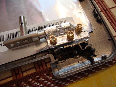 Разломанные места крепления петель в крышке ноутбука ASUS z99