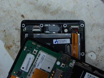 Подключаем шлейф тачскрина и экрана при ремонте Motorola Milestone или Droid