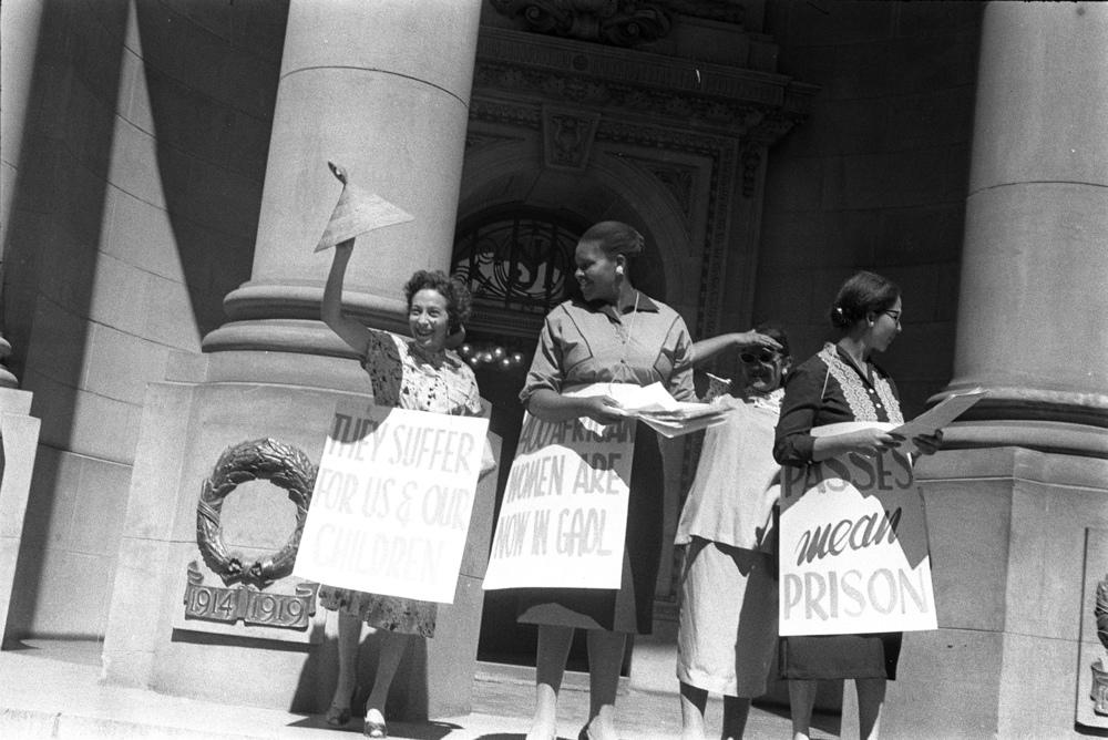 Mulheres durante a entrega da petição ao escritório do primeiro-ministro