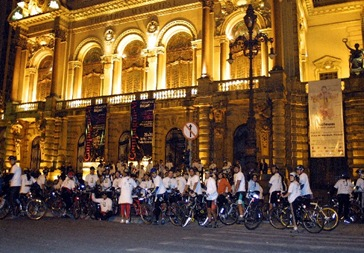 Integrantes do Moonlight Bikers em frente ao Teatro Municipal