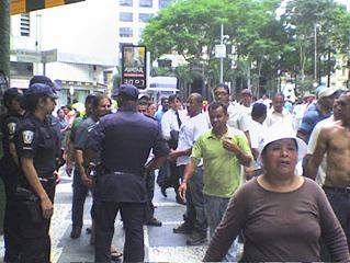 Ambulantes se encontram com a CGM na Rua Direita. Foto: Flaviana Serafim