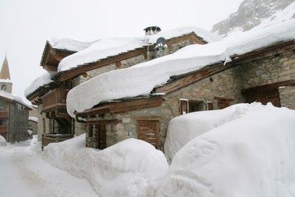 location de chalet sous la neige en montagne , pour les vacances de noel , dans un vieux village d'alpage de haute maurienne en savoie
