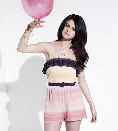 Selena: Photoshoots y Magazine Scans - Página 2 Selena-dailymail-bdlt-3