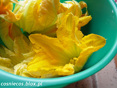 Smażone kwiaty cukinii