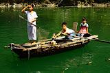 Enfants sur un bateau à Halong Baie
