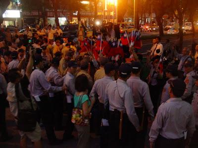 在台灣,身上披著雪山獅子旗走路是礙到哪條法律?