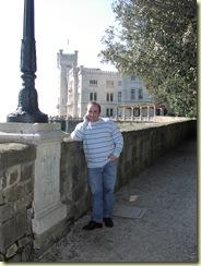 Renato con sfondo castello