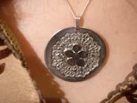 Colgante textura flor   Joyas de Bisutería con pasta de plata