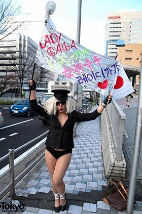 Lady-Gaga-Japanese-Fans-2010-04-17-070-P7261