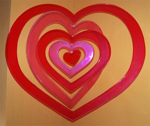 decoracion de san valentin con un corazon colgante