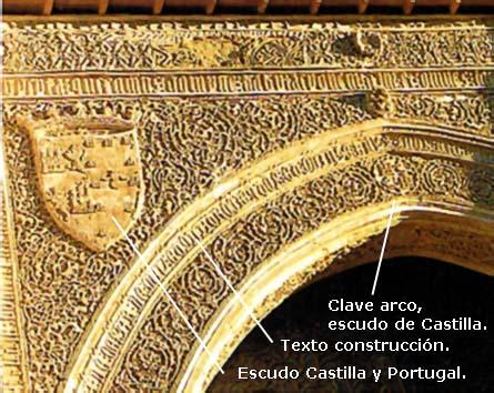 Escudos de Castilla y Portugal, clave del arco e inscripción.