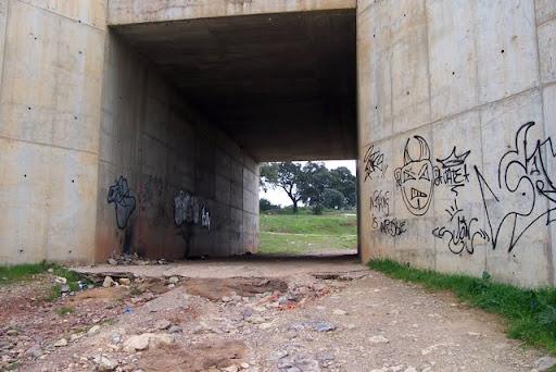 Puente de acceso al arroyo bajo la N-432