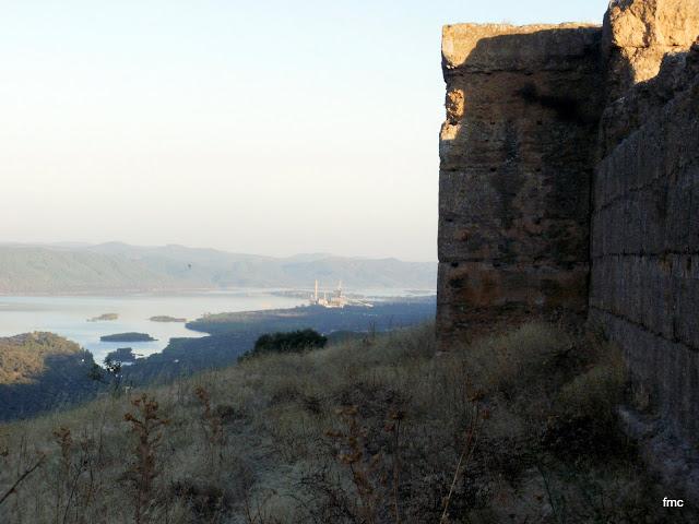 Muro sur, Pantano Puente Nuevo y Central Térmica.