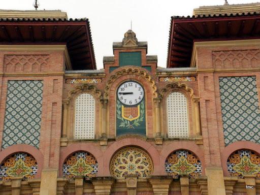 Reloj y detalle de la fachada principal
