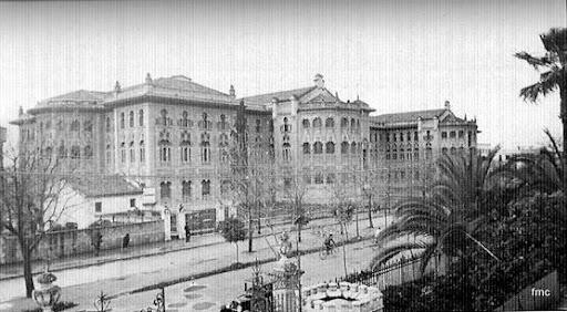 Vista de la Facultad recién terminada, cuando aún tenía el bulevar central la Avenida de Medina Azahara
