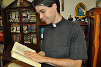 Pe. Cristiano Borro lendo a Bíblia
