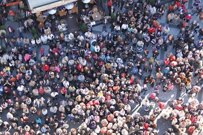 Multidão em frente ao Relógio Astronômico - Praga