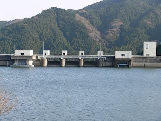 ダム湖側より洪水吐群を望む