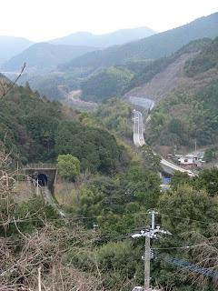 右岸の高台より篠栗線と国道201号線を望む