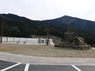 右岸より石碑、堤体を望む