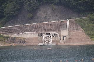 右岸道路より五十里ダムへ水を送り返す「返送ポンプ」(と思われる)を望む