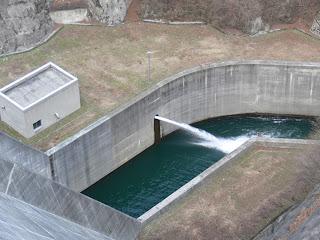 右岸より減勢工の河川維持放流を望む