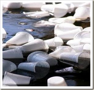 copo-plastico-na-agua-menor