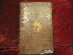 Tapa anterior con el dorado y el desperfecto de encuadernación en la punta inferior.