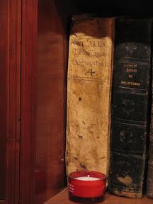 Lomo con título manuscrito.