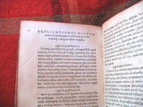 Explicaciones sobre griego, parece ser que para Aldo (Manuzio), por cuadernillos (quaterniones).