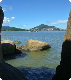 Mar visto entre as rochas da Praia de Cacupé