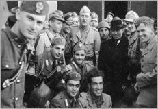 Bundesarchiv_Bild_101I-567-1503C-17,_Gran_Sasso,_Mussolini_vor_Hotel