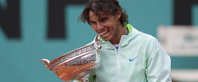 El tenista español muerde su quinta copa de Roland Garros.| Reuters