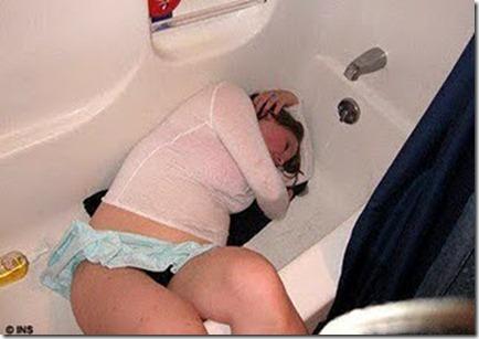 wanita mabuk toilet