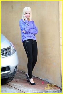 selena-gomez-blonde-wig-04