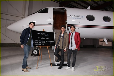 jonas-brothers-surprise-theater-invasion-07