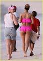 Rihanna en bikini rosa 2