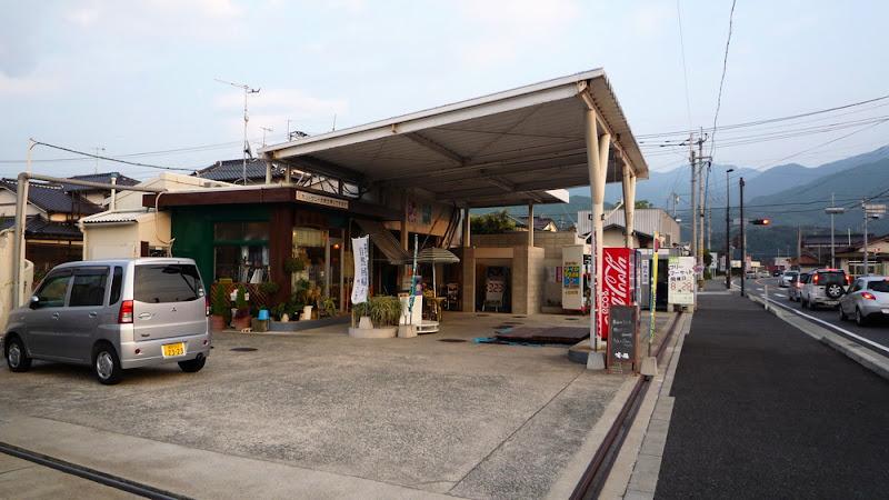 Gasolinera convertida en cafetería カフェになったガソリンスタンド