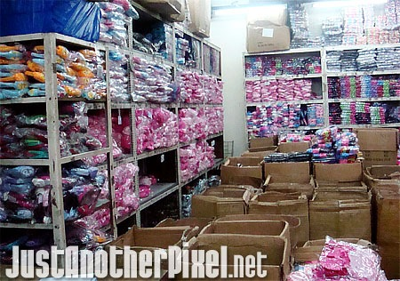 Warehouse filled with lots of gift items in Divisoria - JustAnotherPixel.net