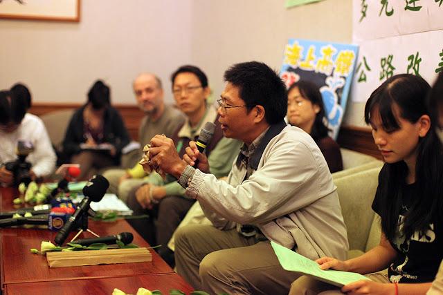 吳東傑以皺巴巴的紙來代表蘇花改複雜的地質。