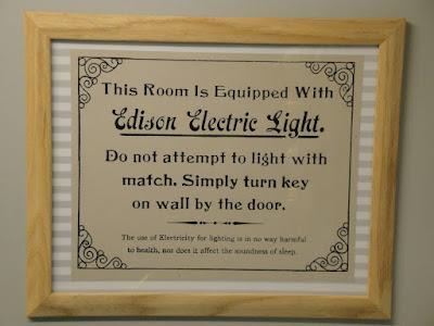 Curiosa advertencia. Dice: Esta habitación está equipada con Luz Eléctrica Edison. No intente encenderla con una cerilla. Simplemente gire la llave que está en la pared al lado de la puerta. El uso de electricidad para alumbrado no es de ninguna manera dañino para la salud y tampoco perturba el sueño