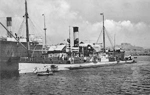 El U-35 abarloado al ROMA. Foto del libro TIBURONES DE ACERO.JPG