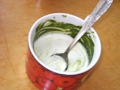 Grietinėlė su pienu ir žaliosios arbatos milteliais