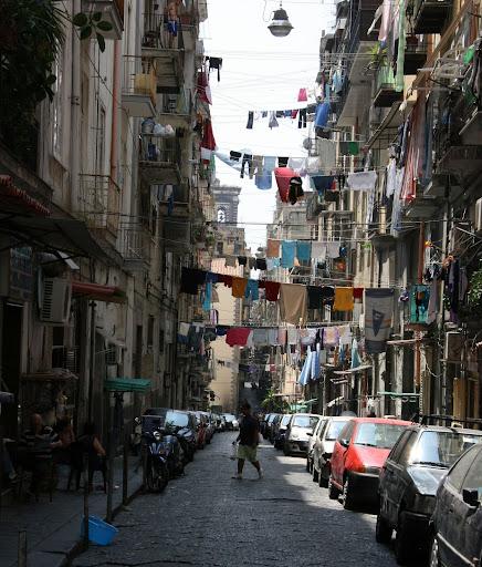 обычные улочки Неаполя - узкие и темные