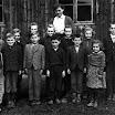 Žiaci národnej školy v obci pred barákovou školou, šk. r. 1955/56. Foto spisovateľ Ladislav Mňačko
