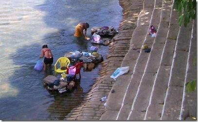 Lavadeiras lavando roupa no Rio Balsas