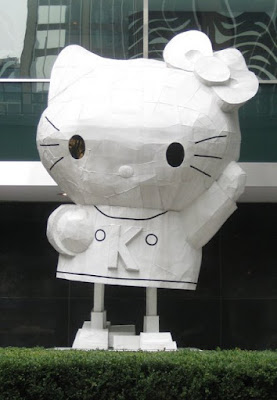Hello-Kitty-Statue-New-York-NY-tasteasyougo.com